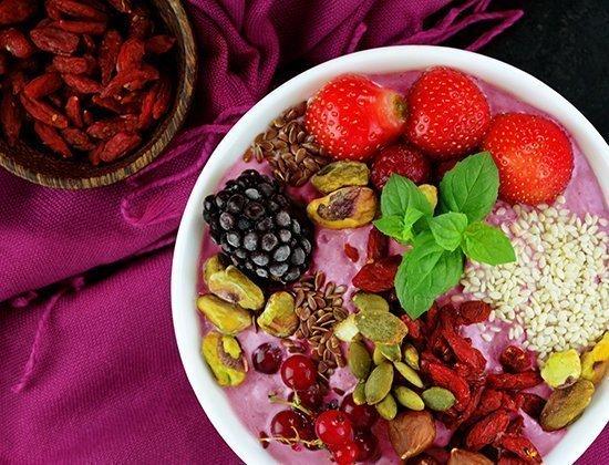 Bowl di yogurt greco e fragole
